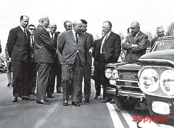 Советская делегация осматривает модельный ряд ФИАТ, 1966 год.