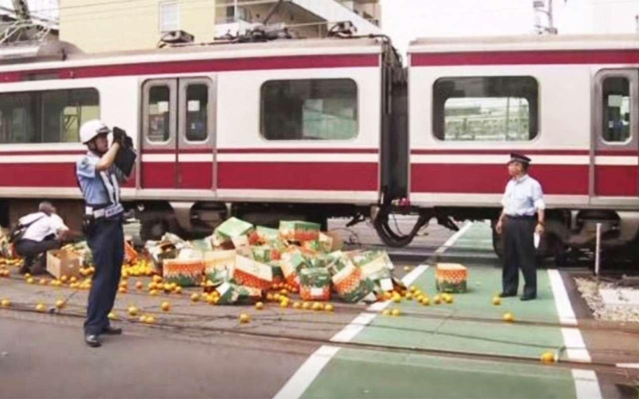 Поезд наскорости 120 км/ч снес грузовик сапельсинами— фото 995043