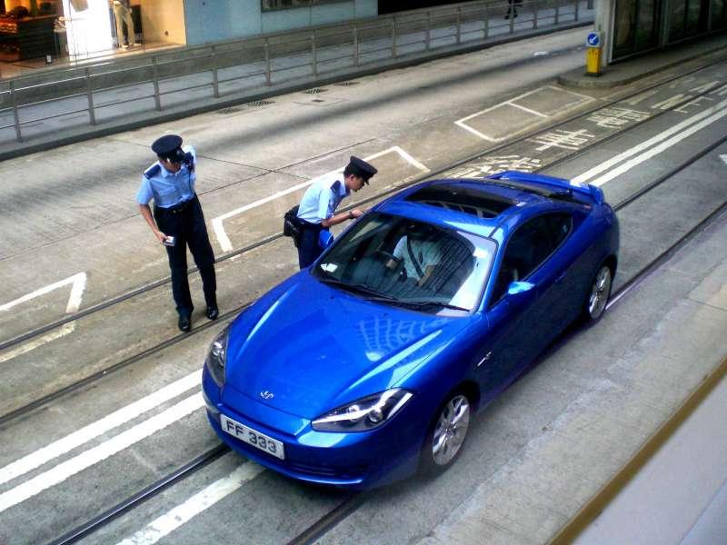 HK_Des_Voeux_Road_C_Bus_Lane_Motor_Car_Lost_in_Tram_Lane_n_Police_Uniform_in_Summer_2008_1_a