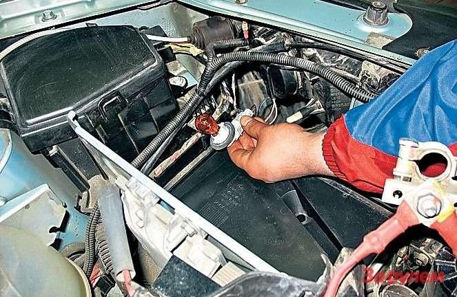«Рено-Логан» К левому поворотнику, не сняв аккумулятор, не подлезть. Имеет смысл проверить лампу до установки, напрямую от батареи.