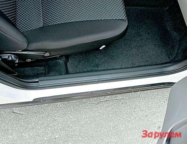 Дверной уплотнитель внижней части проемов прикрыт пластиковыми накладками. Направляющие, покоторым перемещаются сиденья, открыты, напередних опорах белеют технологические наклейки. Уплотнитель верхней части двери эффективен лишь при закрытых дверях. Всечении это желобок, иснег или вода скрыши при открывании дверей непременно попадают насиденье. Видимо, производитель считает, что итак сойдет.