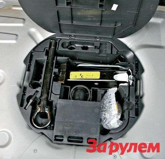 В запасном колесе предусмотрен удобный бокс, где есть все необходимое дляуличного ремонта— домкрат, баллонный ключ, буксировочная петля