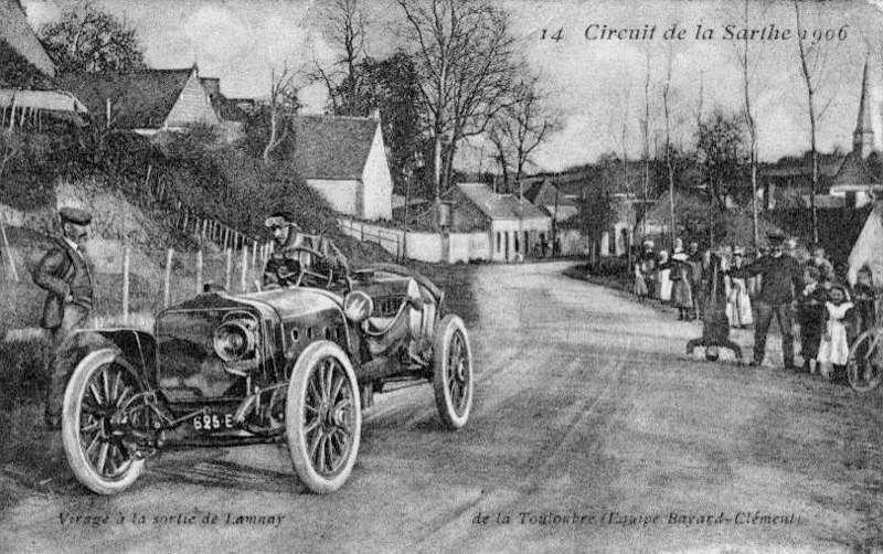Открытка, запечатлевшая гонщика, выступавшего подпсевдонимом «ДеляТулубр» наавтомобиле Clément-Bayard.