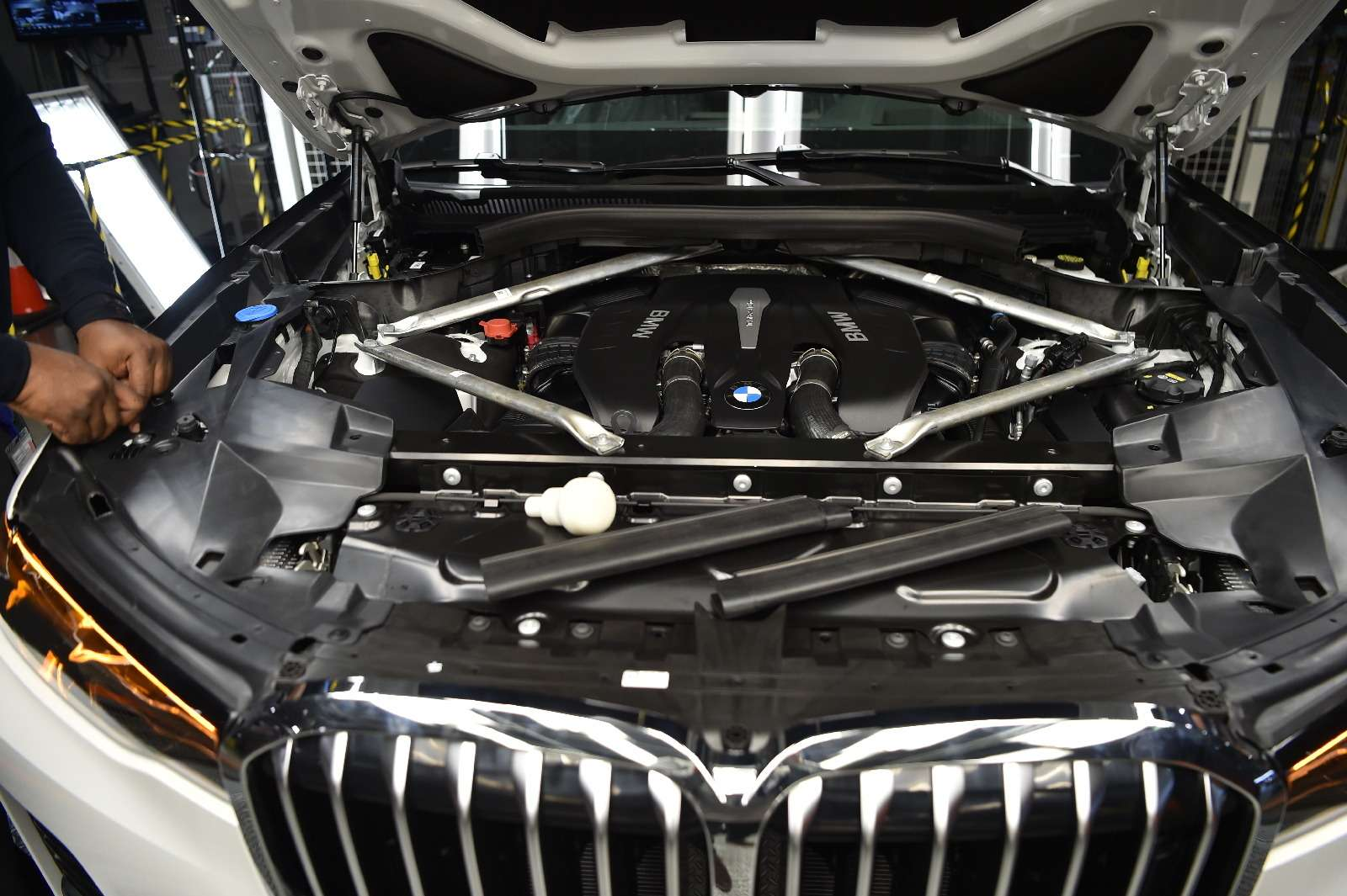 BMWX7встал наконвейер (нокупить его пока нельзя)— фото 828440