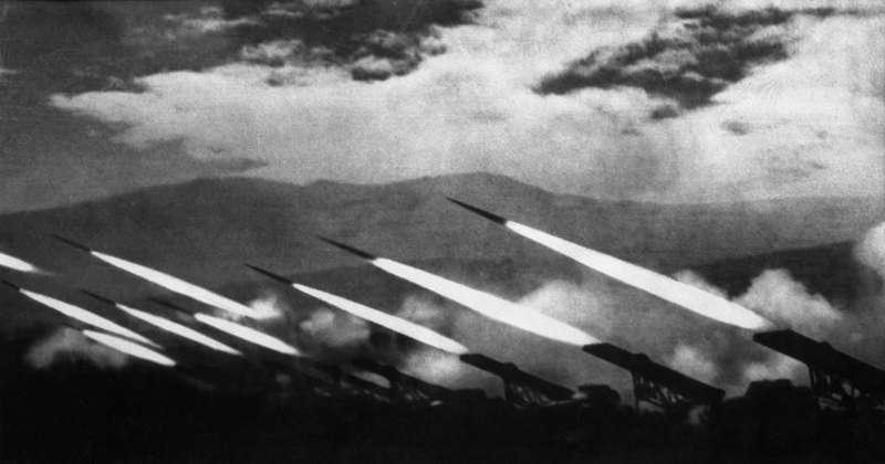 """Знаменитый снимок Аркадия Шайхета, «Залп """"Катюш""""», сделанный в1944 году вКарпатах. Фото: http:/waralbum.ru"""