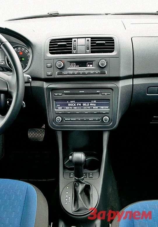 В тяжелую «челюсть» центральной консоли «Румстера» водители ростом под190см упираются коленом.