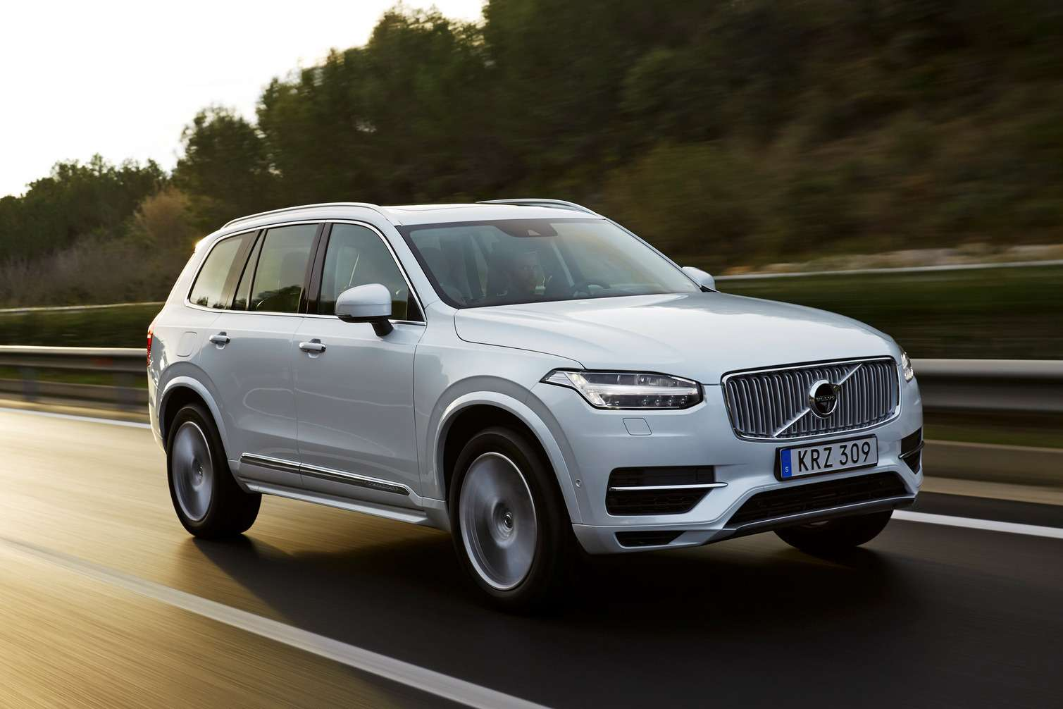 Thenew Volvo XC90 with the T8engine driven inTarragona, Spain.