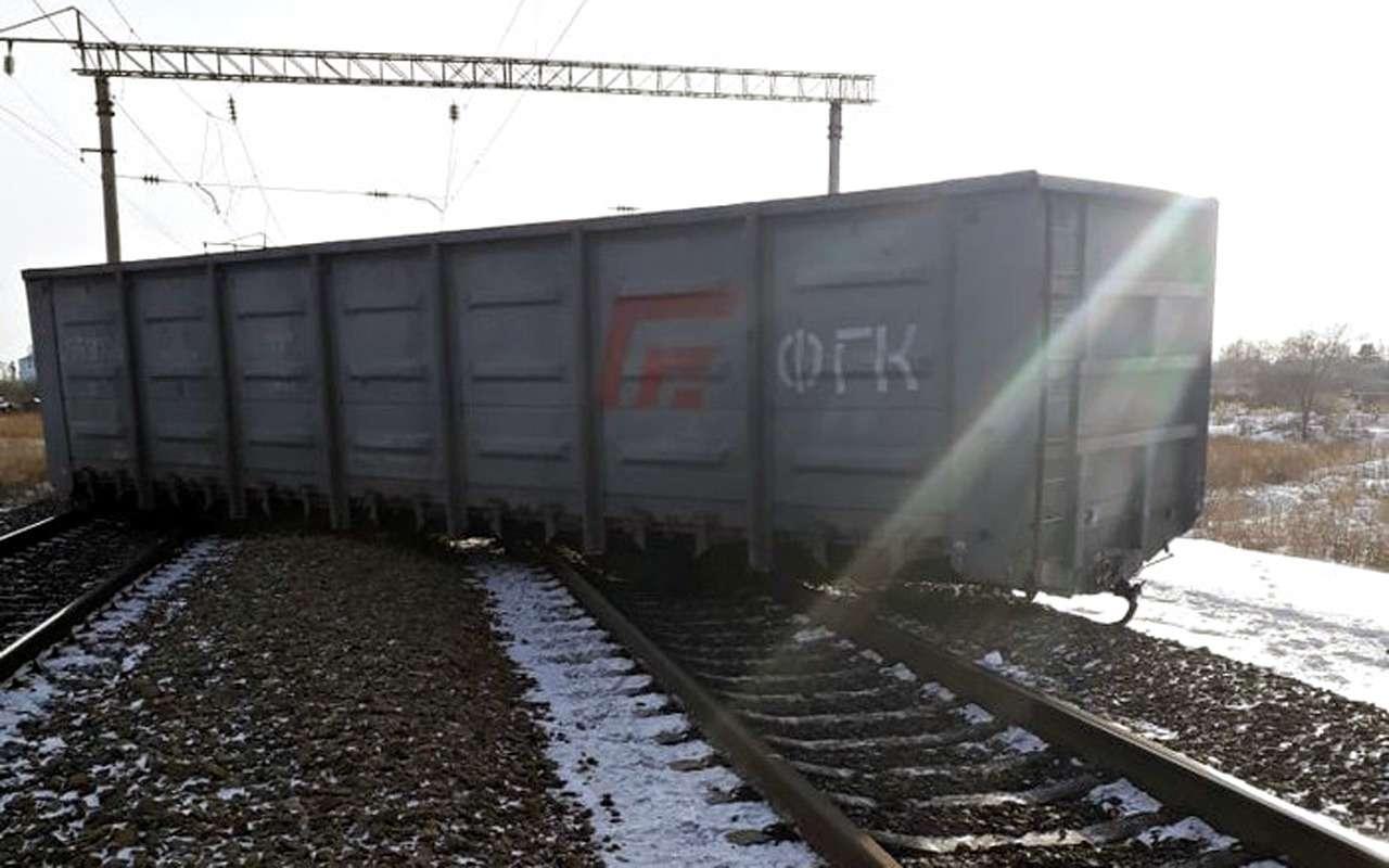Автомобиль снес срельсов шесть вагонов поезда— фото 936150