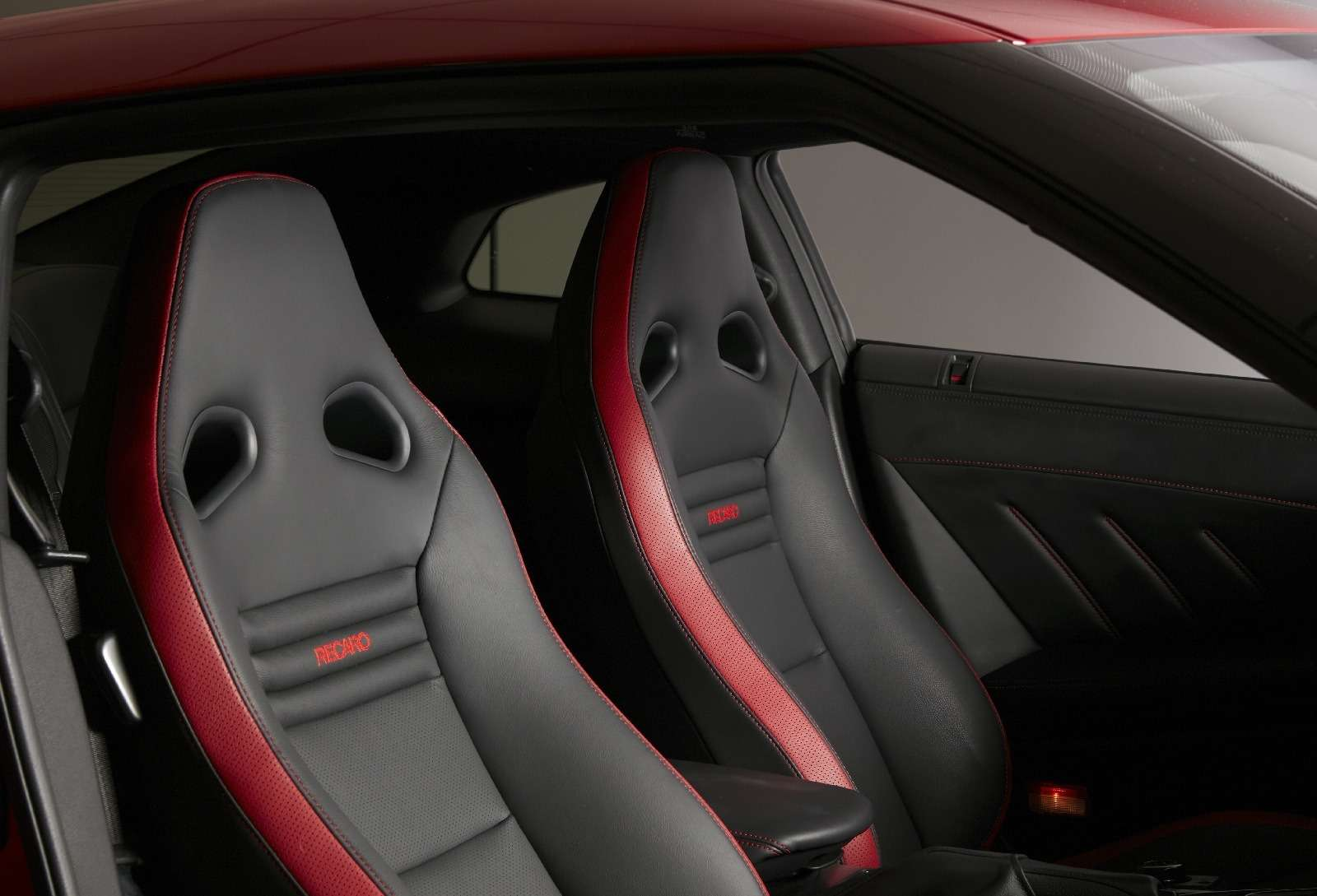 Нежалея клея: представлен Nissan GT-R Track Edition— фото 728619