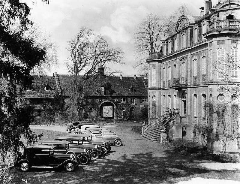 Этторе Бугатти принимает «парад» автомобилей своего имени спарадного крыльца шато Сен-Жан. 1920-е гг.