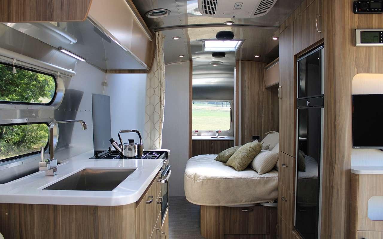 Роскошный кемпер Airstream— скроватью поперек— фото 1161647