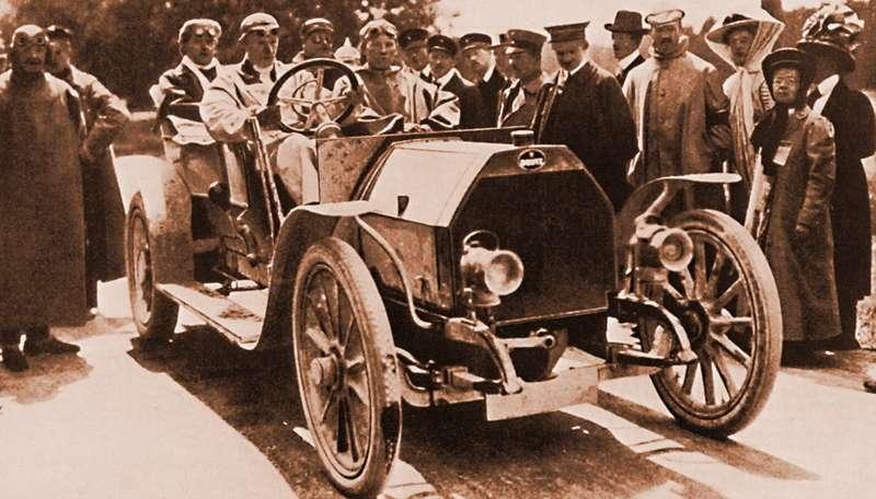 Наавтомобиле марки Deutz настарте триала наприз принца Генриха. Германия, 1909 год. Позади вкепи— приятель Этторе, тоже известный автомобилестроитель Эмиль Матис