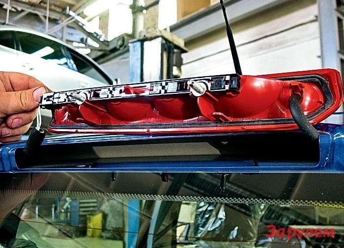 Peugeot 308: Для доступа клампам втретьем «стопе» снимаем накладку оконной рамки ивыкручиваем две гайки крепления фонаря. После замены ламп не забудьте вернуть наместо трубку омывателя!