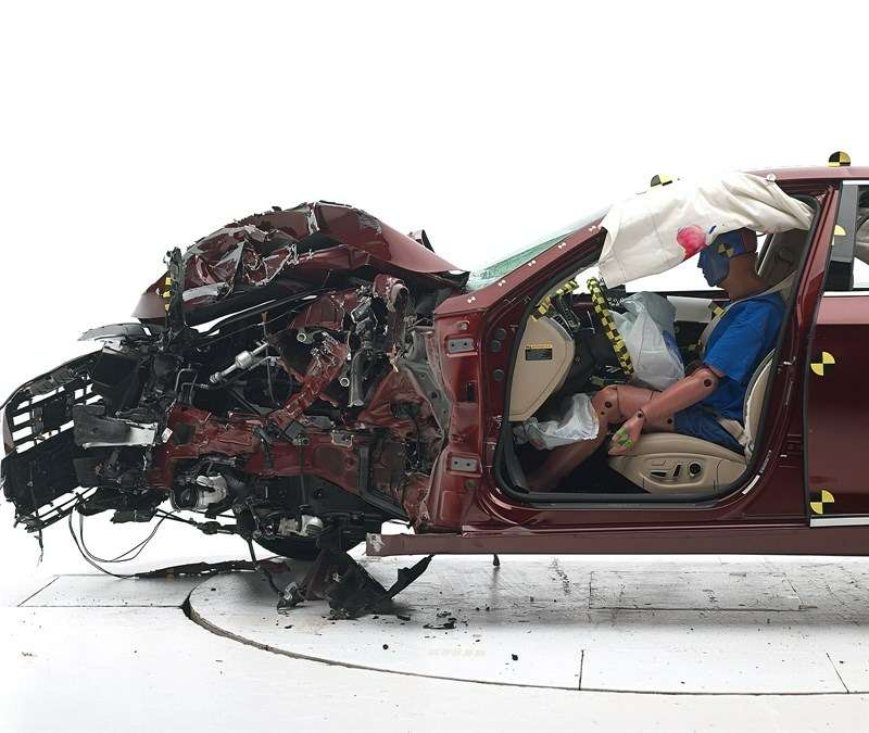 Новый Hyundai Genesis успешно прошел краш-тест наудар смалым перекрытием