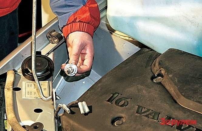 «Лада-Калина» Для лучшего доступа сняли бачок омывайки. Главное— неперепутать потом полярность проводов насосов.