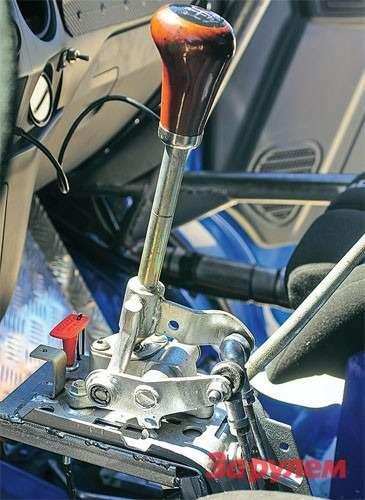 Переключение передач, управление раздаткой тросовое. НаГАЗе есть подобные разработки идлясерийных машин.