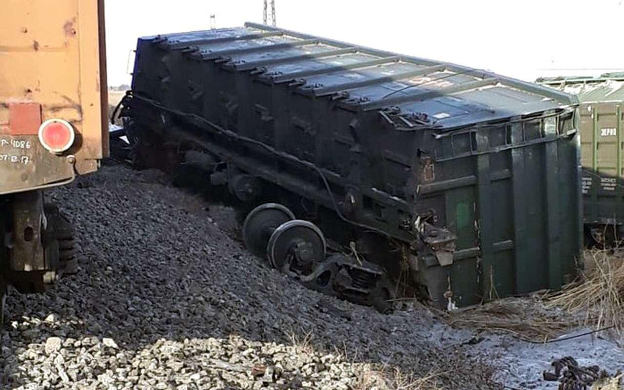 Автомобиль снес срельсов шесть вагонов поезда— фото 936148