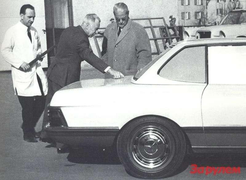 Обсуждение натурного макета будущего спортивного автомобиля. Карл Вилферт дает указания.