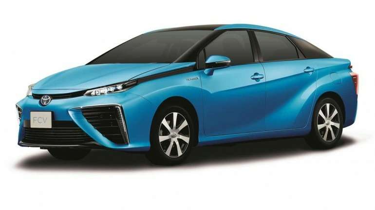 В Японии будут субсидировать продажи седана Toyota натопливных элементах