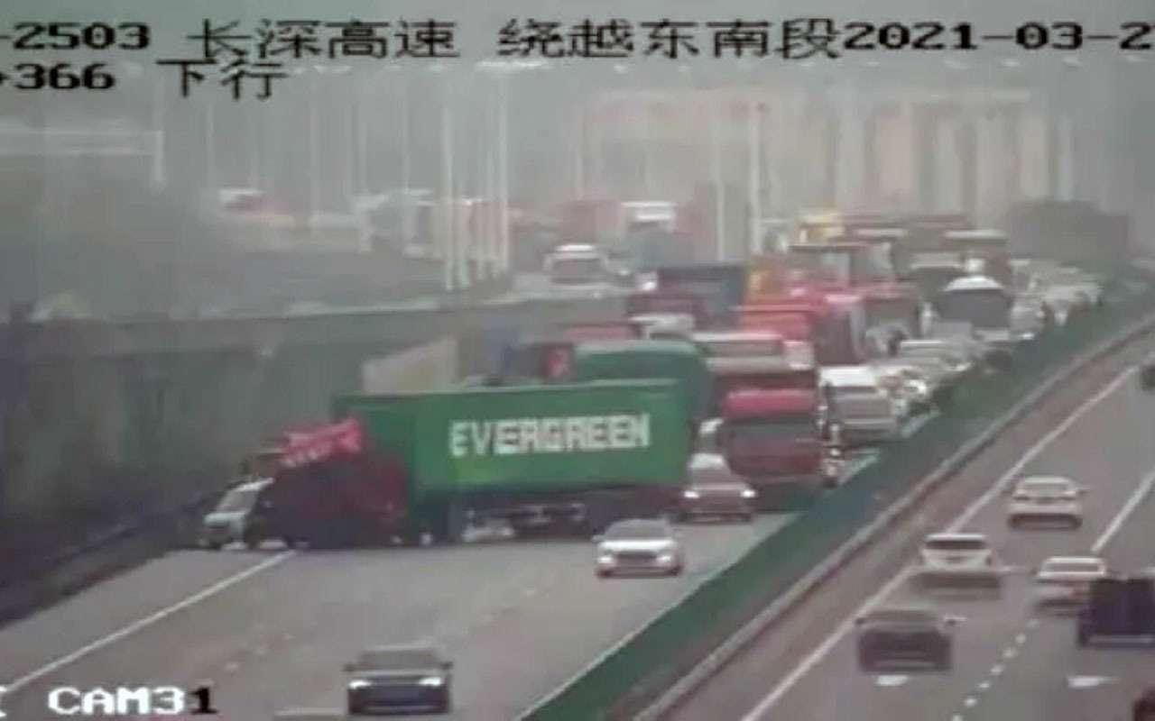 Дежавю: грузовик Evergreen перекрыл движение на шоссе