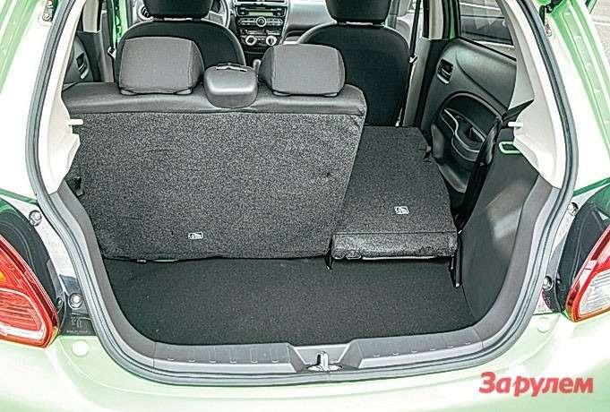Mitsubishi Attrage Багажник хэтчбека гораздо скромнее, зато спинка складная.