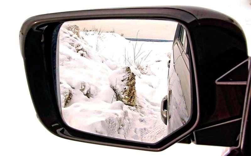 Боковое зеркало автомобиля