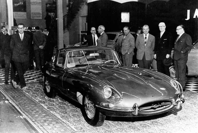 Jaguar E-Type навыставке вЖеневе 1961 года. Второй справа наснимке— сэр Уильям Лайонс, основатель ивладелец компании Jaguar Motor Cars.