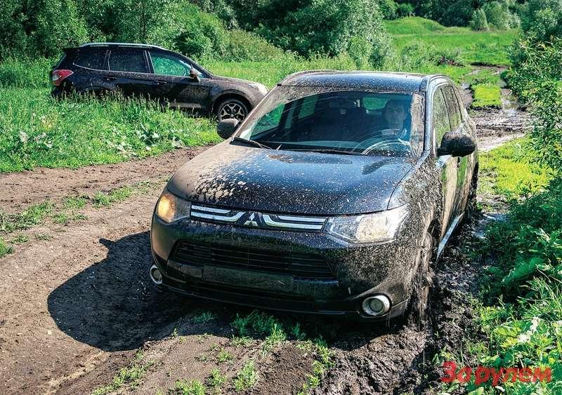 Здесь «Аутлендер» встал из-за нехватки дорожного просвета— попросту сел набрюхо.