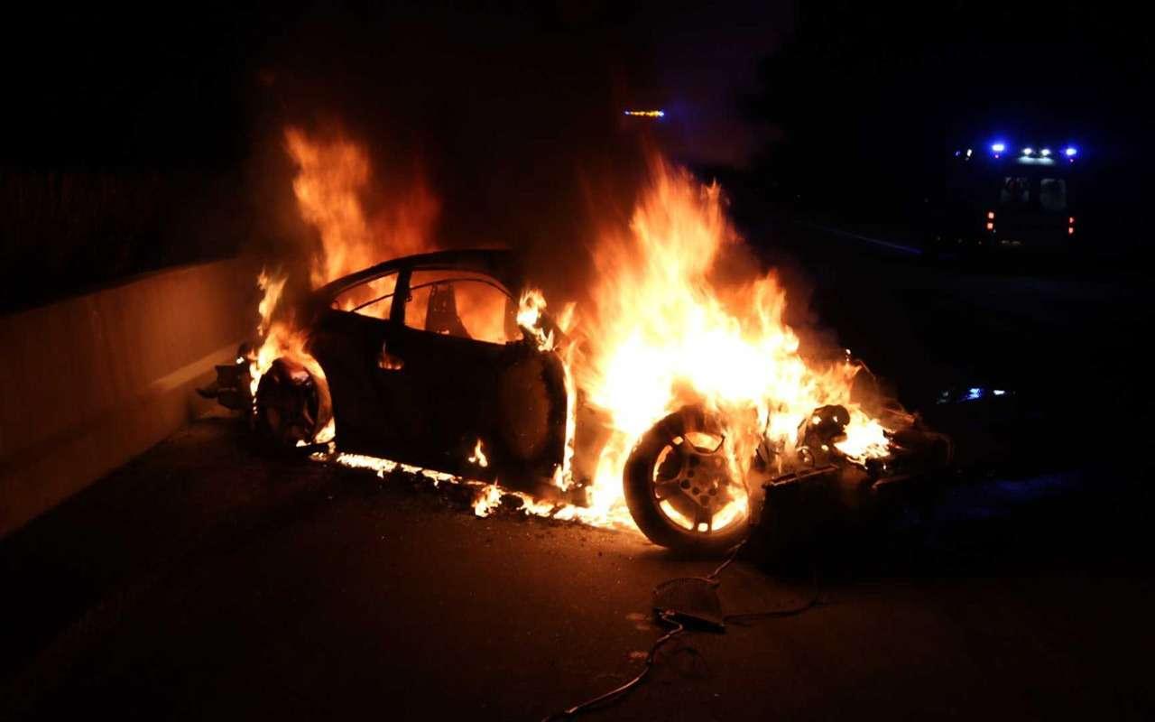 Porsche 911 сгорел дотла посреди дороги— фото 922291