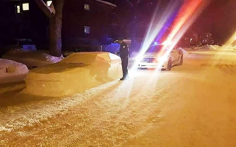 Полицейский выписал штраф занеправильную парковку машине изснега