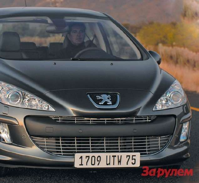 Дорестайлинга самые мощные 150-сильные версии (фото вверху) выделялись нафоне остальных (фото внизу) решеткой радиатора схромированной отделкой. Теперь бампер одинаковый длявсех модификаций. Агрессивная «пасть» воздухозаборника поскромнела,  ноне утратила узнаваемости. Обновленный 308-й стал выглядеть солиднее, идляэтого есть все основания— 48% продаж Peugeot вРоссии приходятся наего долю.