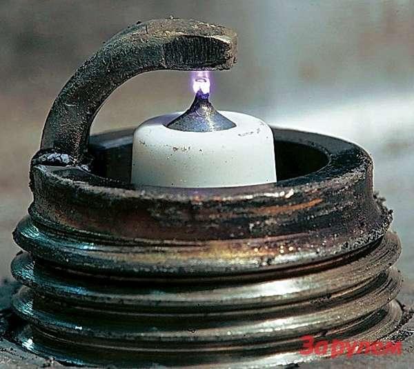 Разряд самой ресурсной изизвестных нам свечей— DENSO Iridium. Разряд облизывает тонкий центральный электрод диаметром 0,4мм итем самым чистит его. Всвой тест мыэти свечи не взяли— они непрошли ценовой фильтр. Нодляпояснения эффекта самоочистки, продлевающей ресурс свечи, эта картинка очень показательна.
