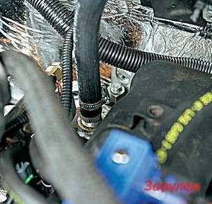 Один изпримеров заводской доработки мотора: изголовки выведен штуцер дляподогрева газового редуктора.
