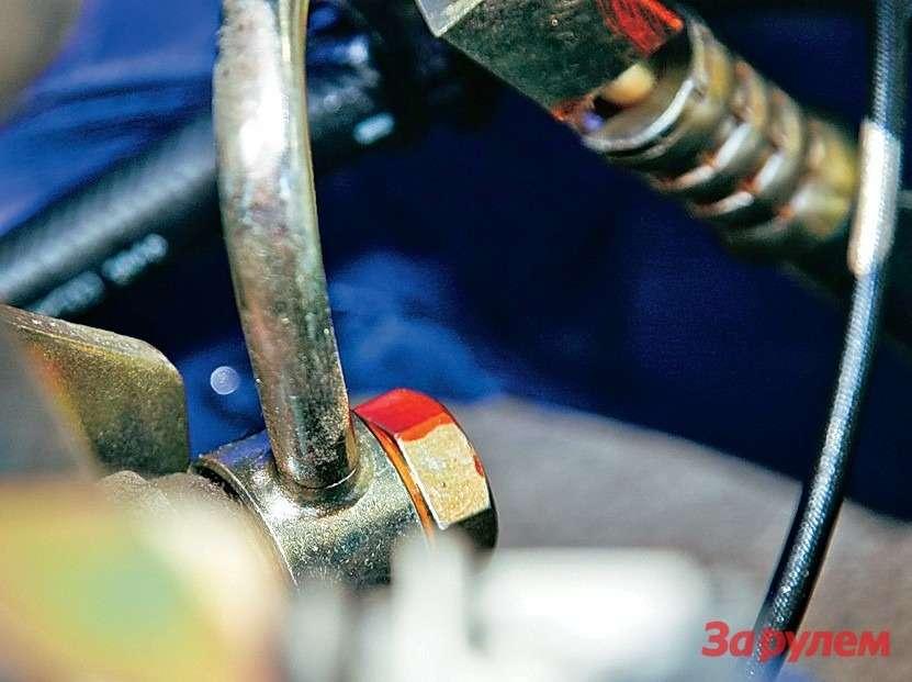 Здесь вытекла жидкость изгидроусилителя руля «Лифана». Маслянистые капли навысокой скорости долетели даже докрышки багажника.