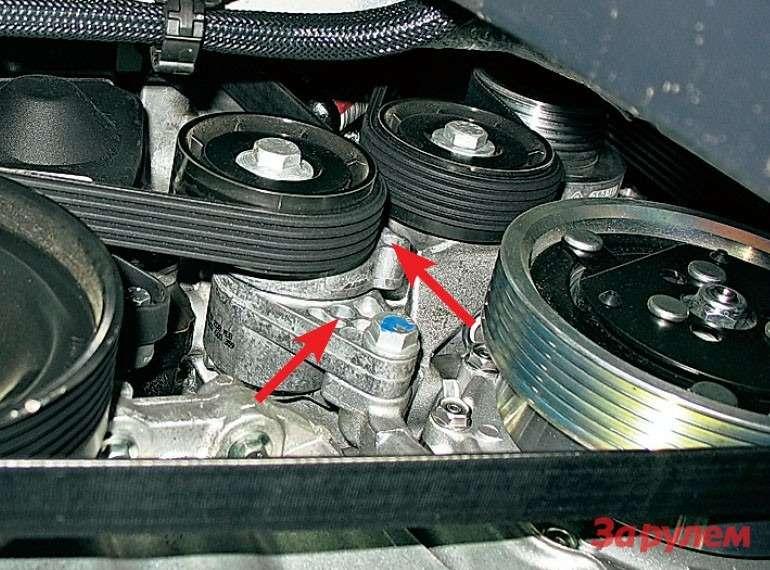 Привод навесных агрегатов наК7М (нафото) не отличается отподобного наК4М. Отведя натяжитель заболт ролика почасовой стрелке, вставляем штифт вотверстия насекторах (показаны стрелками).
