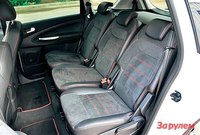 Второй ряд сидений— полноценные три места. Еще один ряд, дляшестого иседьмого пассажиров, внашем случае сложен дляувеличения емкости багажника.