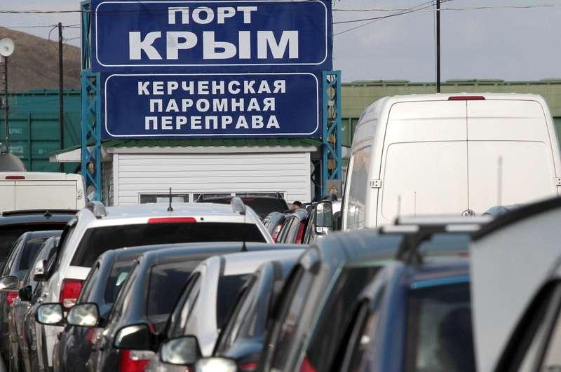 Паромная переправа через Керченский пролив временно приостановила работу из-за шторма