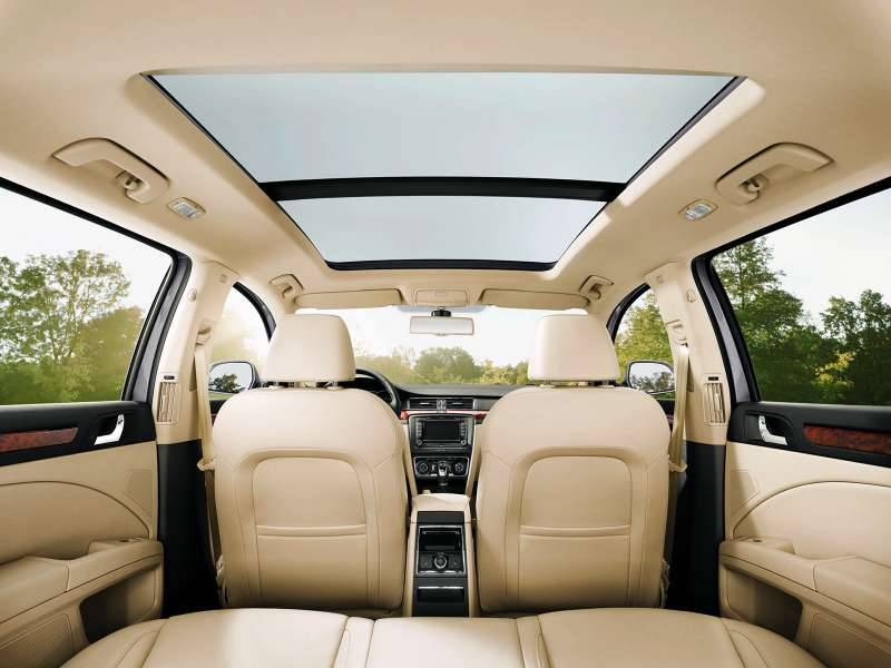 superb-e05-panoramic-roof-combi-01