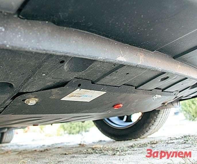 Hyundai Grand Santa Fe Моторный отсек прикрывает защита из пластика.
