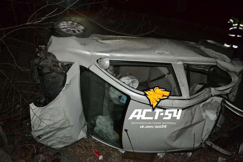 Автомобилистка, лишенная прав, вылетела наиномарке смоста вНовосибирске