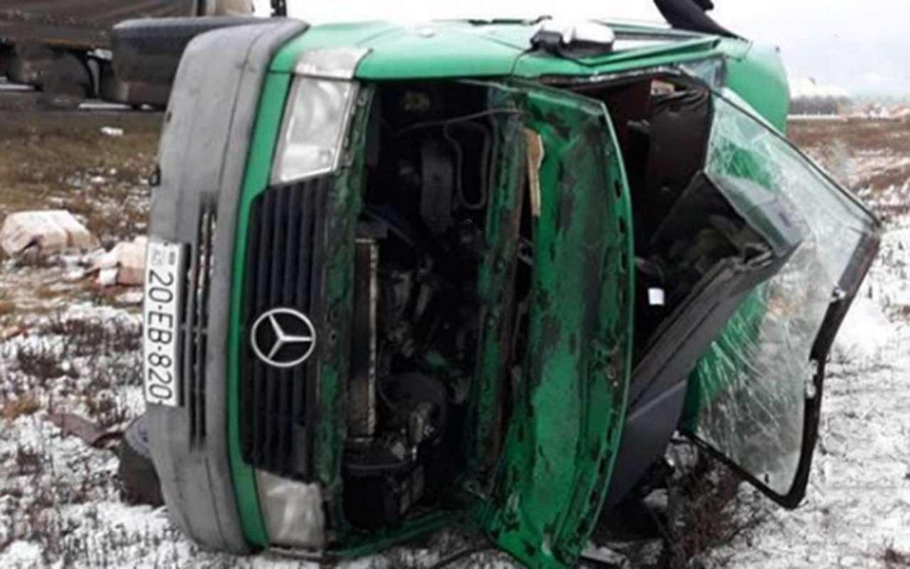 Фура протаранила автобус, убив двоих человек— фото 934533