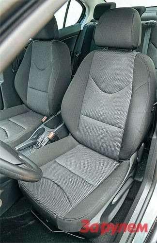Обивка сидений только тканевая, акачество материала зависит откомплектации.