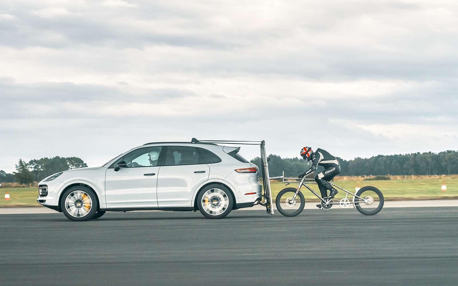Велосипедист разогнался до240 км/ч спомощью Porsche Cayenne