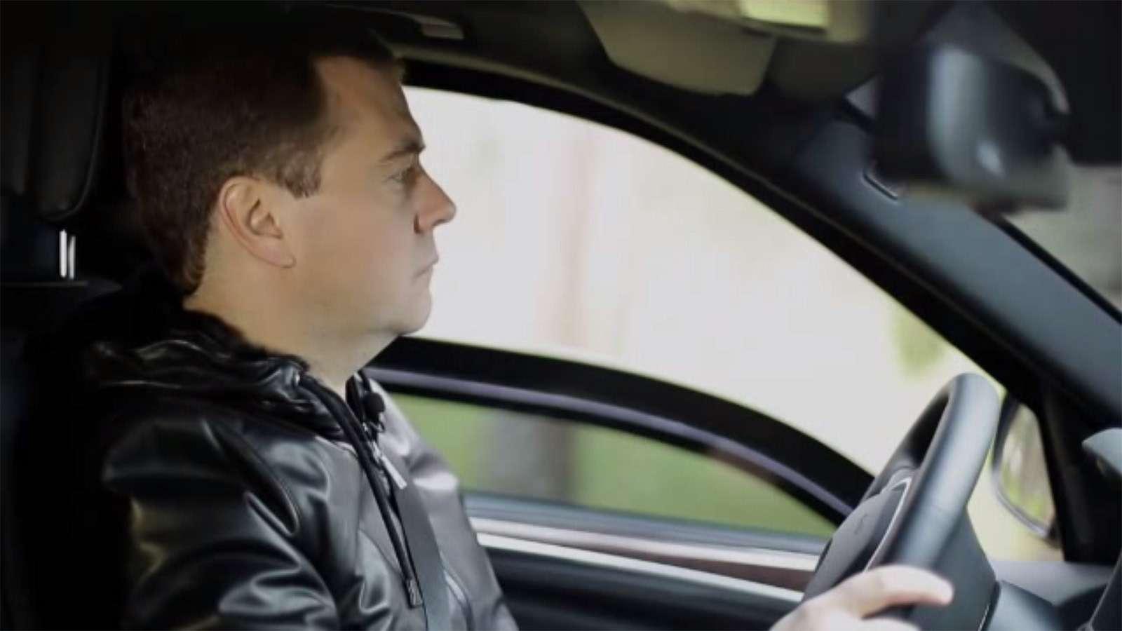 Любимые машины Дмитрия Медведева: откомбайна доАуруса— фото 945805
