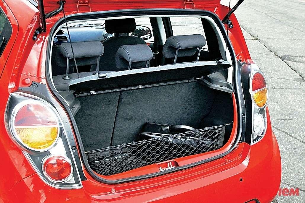 В «Шевроле» багажник невелик, зато внедрах полноразмерная запаска.