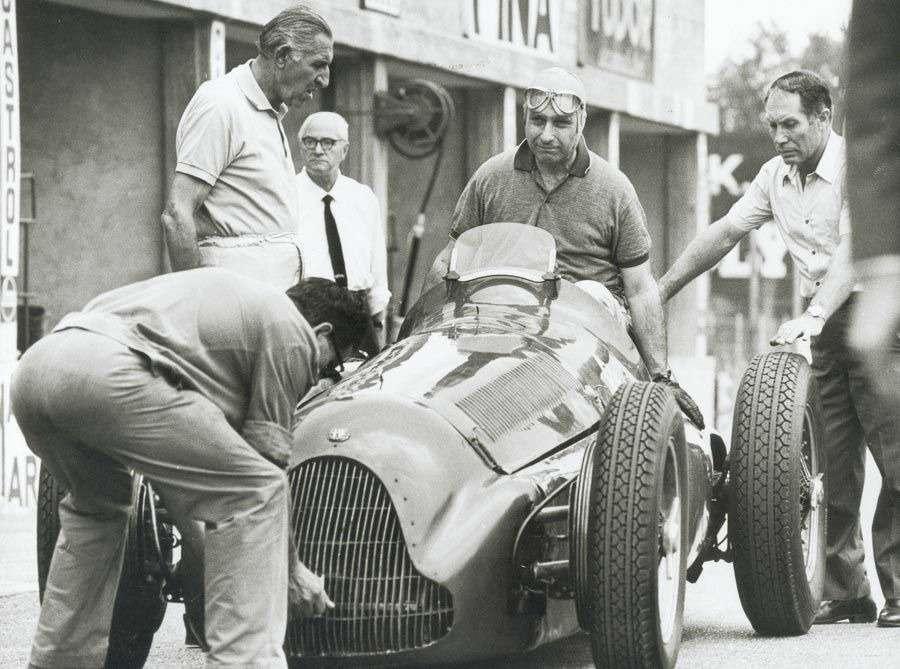 Фанхио выгружается изсвоей Alfa Romeo Tipo 159 Alfetta вовремя тестовых заездов весной 1951 года.