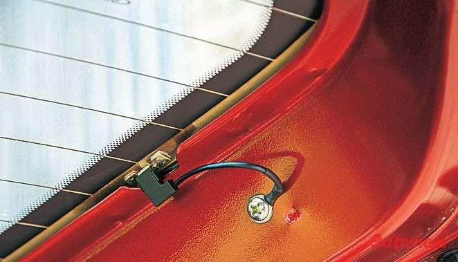 Контакты обогрева заднего стекла в«Чери-Индис» ничем не прикрыты, апровода торчат.