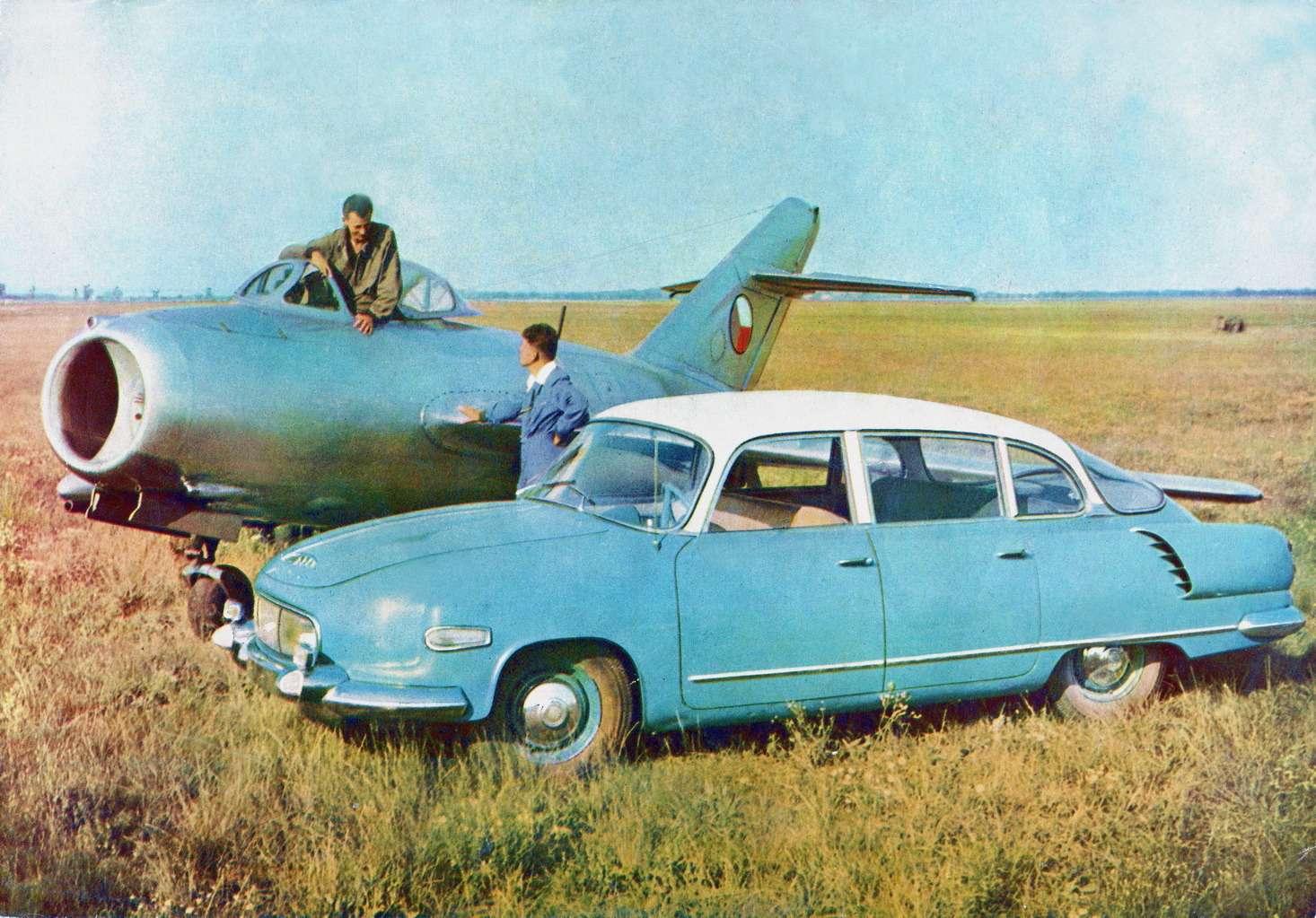 Серийное производство Tatra-603 развернулось с1957 года. Нарепродукции изрекламной брошюры автомобиль (лобовое стекло уже цельное) стоит рядом счехословацким реактивным истребителем S-102, представлявшим собой лицензионный советский МиГ-15