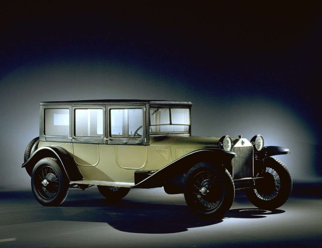 Lancia Lambda (1922год)— первый вистории серийный автомобиль снесущим кузовом