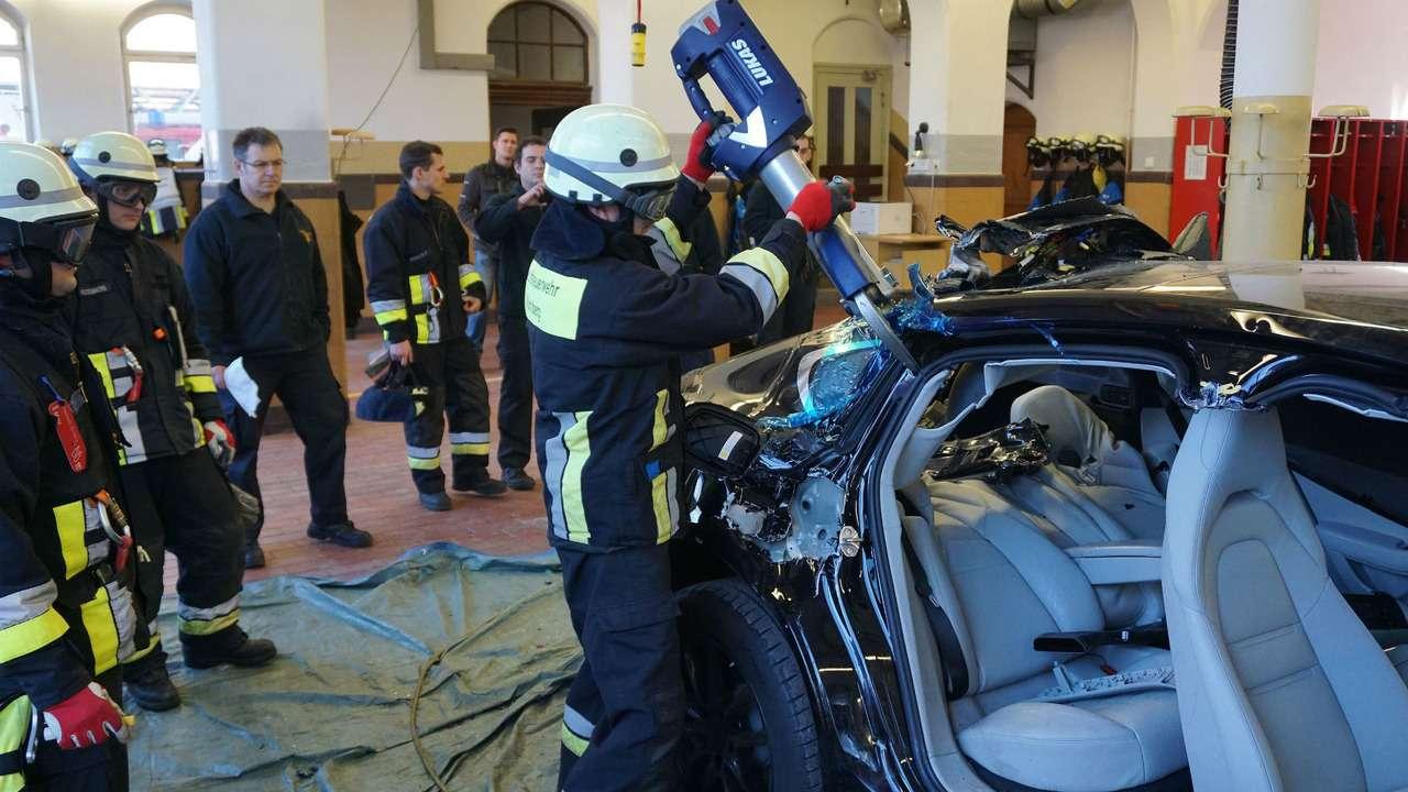 Потренировались наPorsche: пожарные распилили новенькую Панамеру— фото 710555